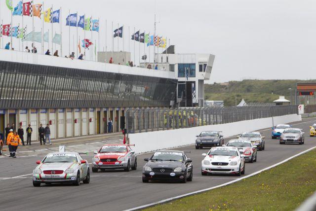 Mercedes-Benz SLK Cup - Bij de start van de eerste race pakt Theo van den Berg de kop voor Joshua Waaijenberg 160807