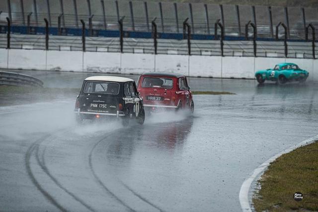 R1 Abbring en Lewis in hun Minis achtervolgen Newall